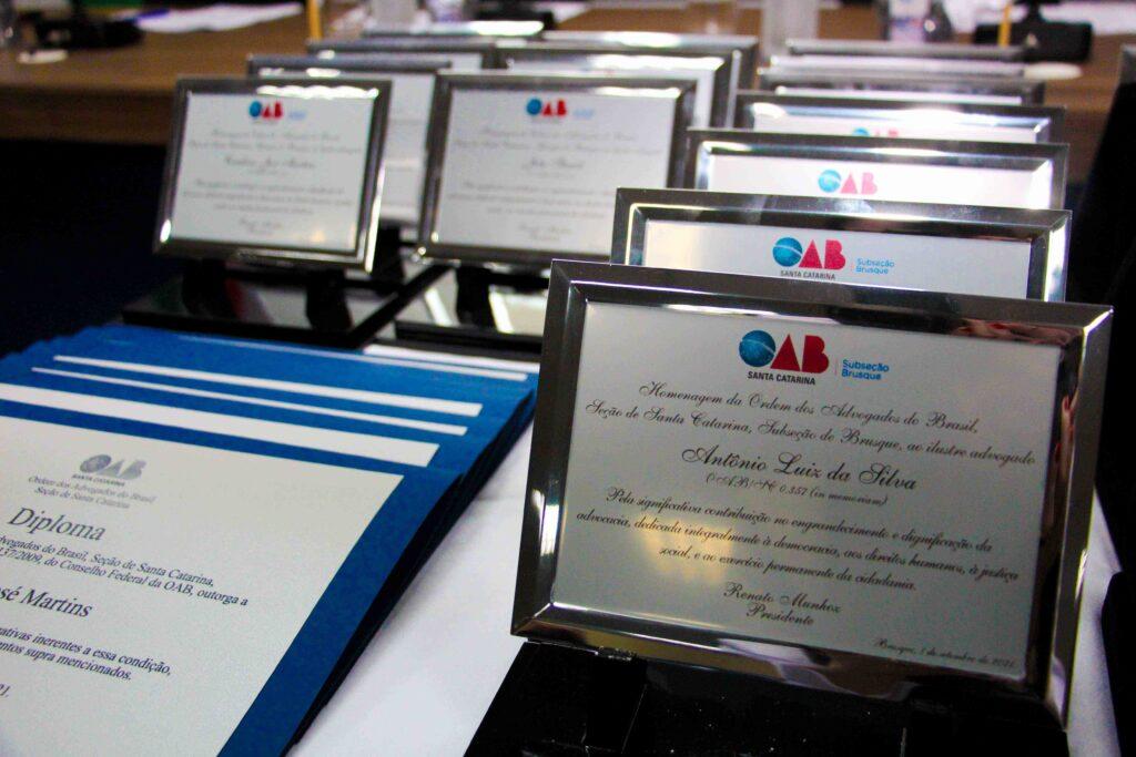 Ex-presidentes da OAB de Brusque e advogados são homenageados em solenidade de Jubilamento e entrega da Medalha Florisvaldo Diniz
